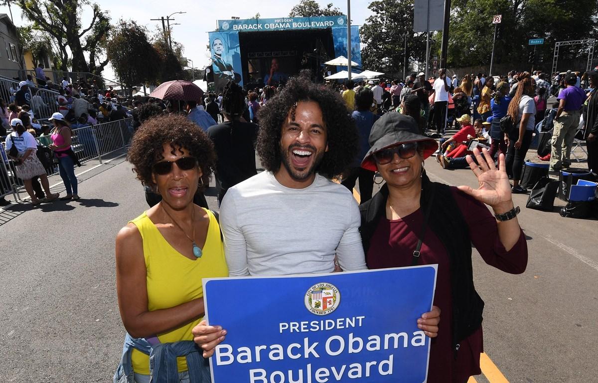 Người dân Mỹ vui mừng tại lễ đặt tên đoạn đường mang tên cựu Tổng thống Mỹ Barack Obama ở Los Angeles, bang California, ngày 4/5. (Nguồn: AFP/TTXVN)
