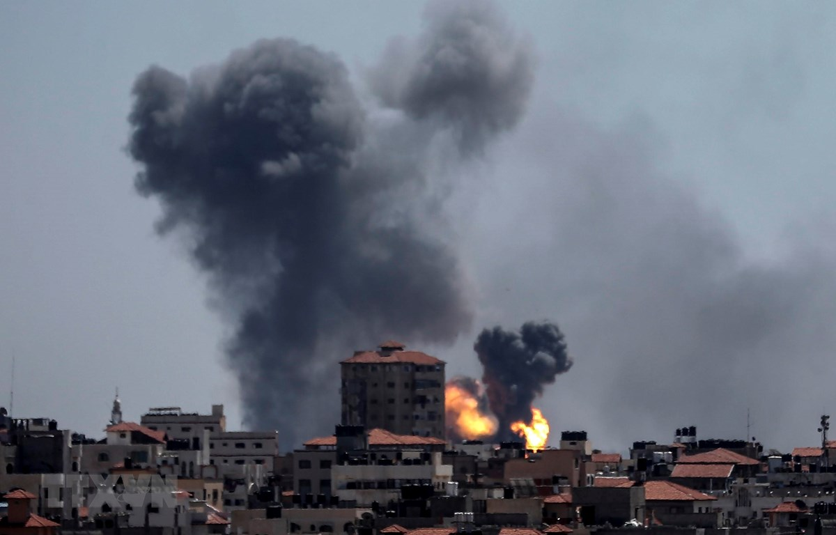 Khói bốc lên sau các vụ không kích của Israel vào dải Gaza ngày 4/5. (Nguồn: AFP/TTXVN)