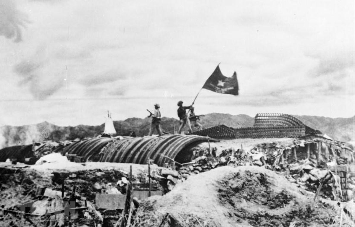 """Chiều 7/5/1954, lá cờ """"Quyết chiến - Quyết thắng"""" của quân đội nhân dân Việt Nam tung bay trên nóc hầm tướng De Castries. Chiến dịch lịch sử Điện Biên Phủ đã toàn thắng. (Ảnh: Tư liệu TTXVN)"""