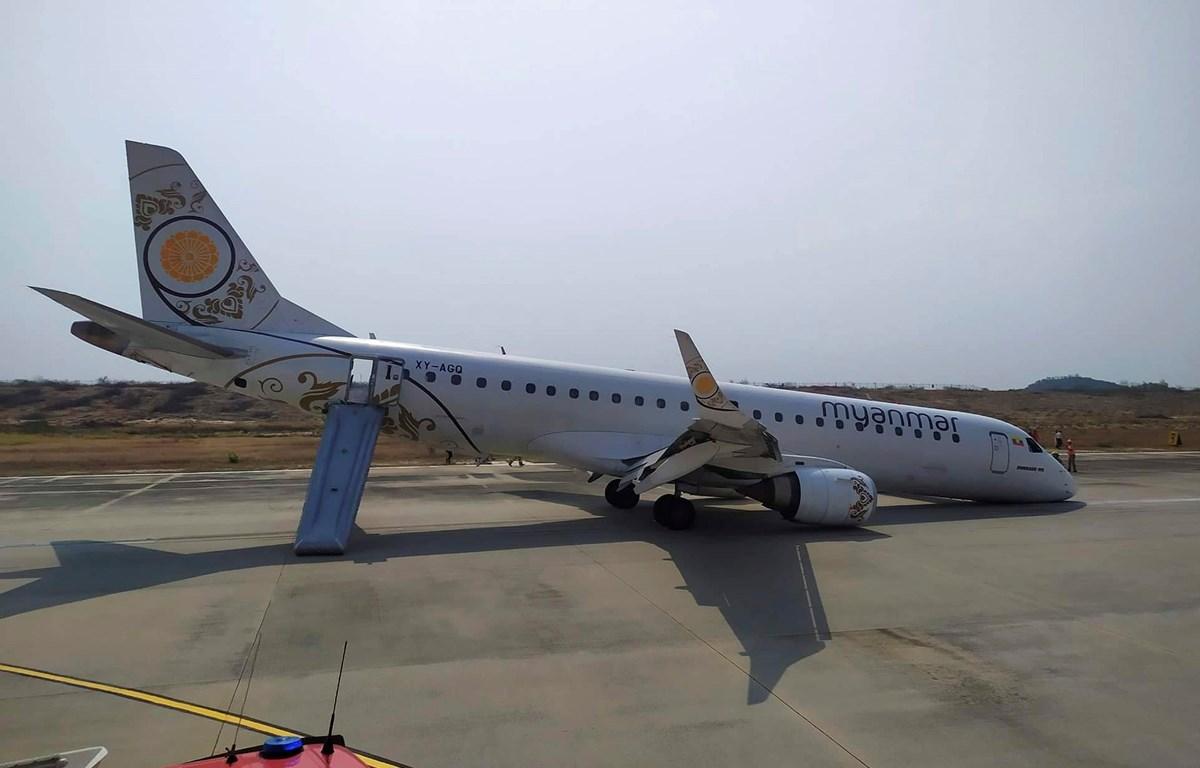 Chiếc máy bay của hãng hàng không quốc gia Myanmar hạ cánh an toàn bằng bụng tại một sân bay ở thành phố Mandalay. (Nguồn: AP)