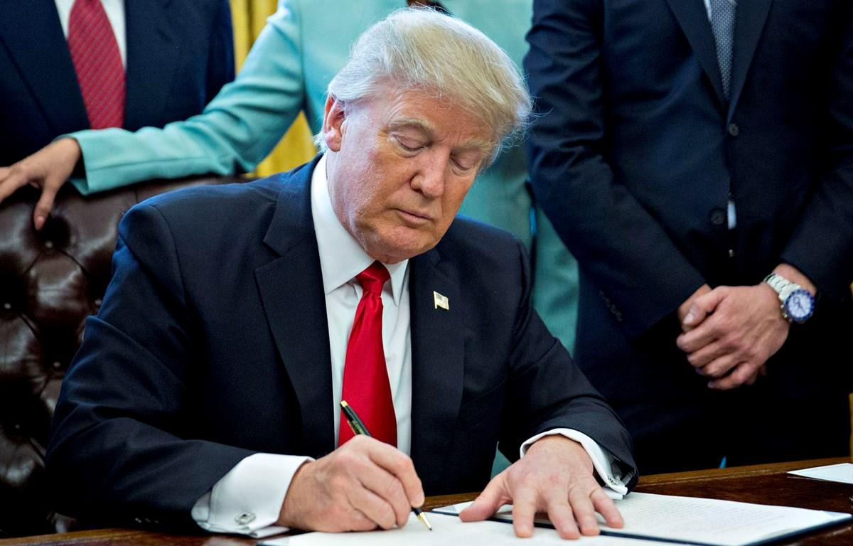 Tổng thống Mỹ Donald Trump ký sắc lệnh hành pháp tuyên bố tình trạng khẩn cấp quốc gia đối với các mối đe dọa chống lại công nghệ Mỹ. (Nguồn: Getty Images)