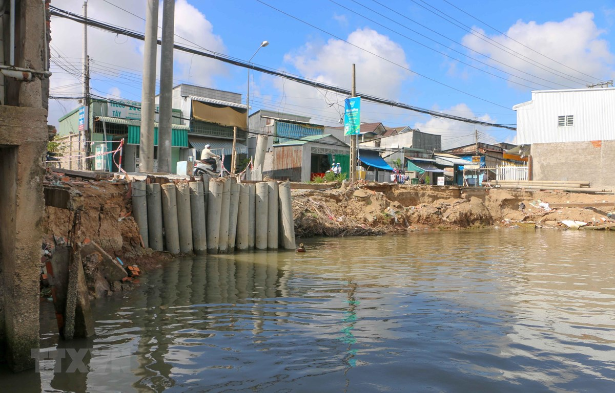 Điểm sạt lở trên kênh Cái Sắn, huyện Vĩnh Thạnh xảy ra giữa tháng 4/2019 nhấn chìm 4 căn nhà, thiệt hại hơn 1 tỷ đồng. (Ảnh: Thanh Liêm/TTXVN)