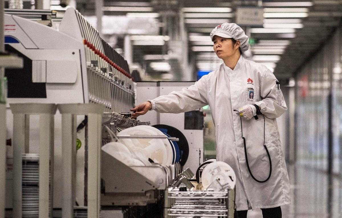 Công nhân làm việc trong dây chuyền sản xuất điện thoại thông minh của Huawei ở Thâm Quyến, Trung Quốc. (Nguồn: Getty Images)
