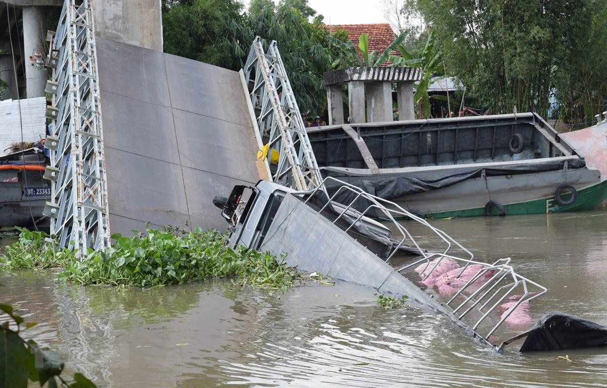 Hiện trường cầu Tân Nghĩa (huyện Cao Lãnh, tỉnh Đồng Tháp) bị sập nhịp giữa. (Ảnh: Chương Đài/ TTXVN)