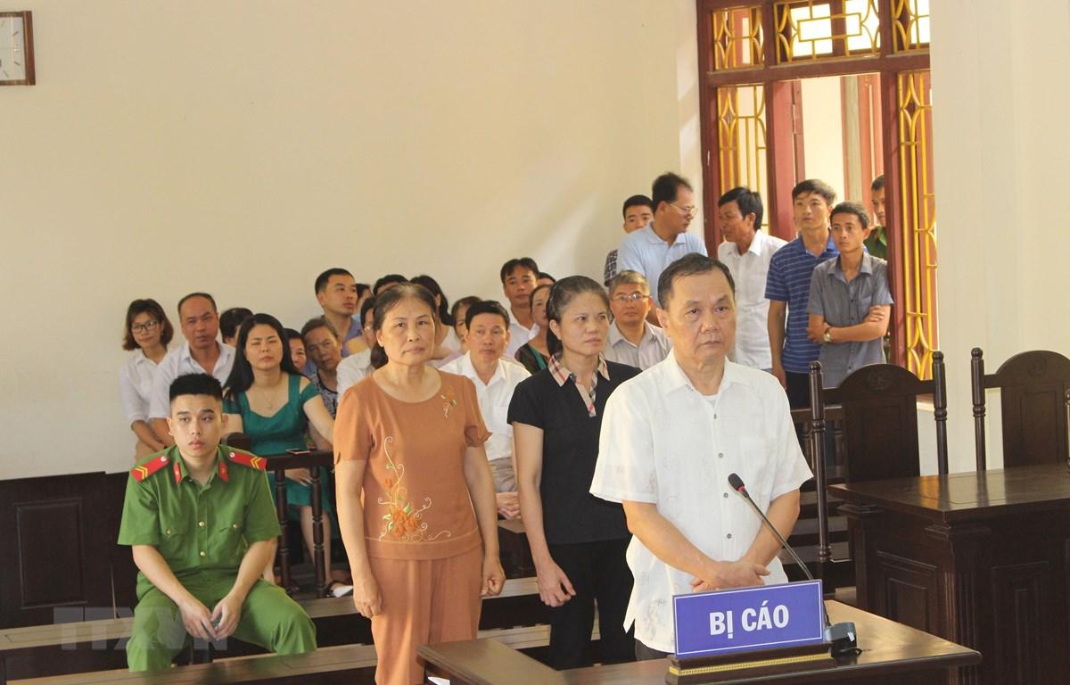 Các bị cáo tại phiên tòa xét xử sơ thẩm. (Ảnh: Lưu Thanh Tuấn/TTXVN)