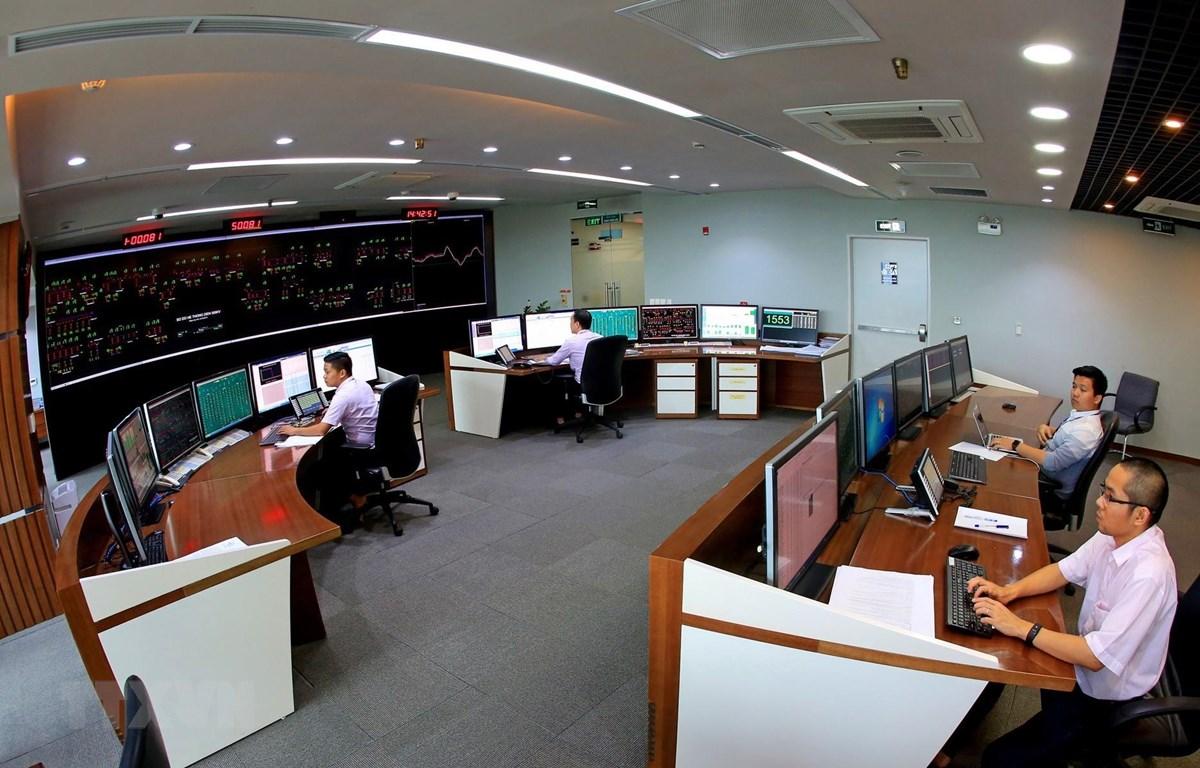 Ca trực vận hành hệ thống điện toàn quốc tại Trung tâm Điều độ Hệ thống điện Quốc gia. (Ảnh: Ngọc Hà/TTXVN)