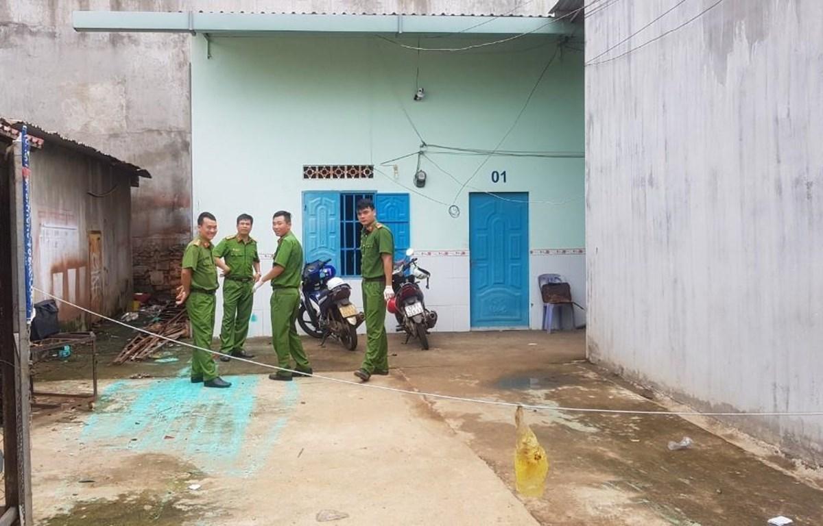 Lực lượng chức năng đến hiện trường để khám nghiệm, điều tra, làm rõ vụ án. (Ảnh: Đậu Tất Thành/TTXVN)