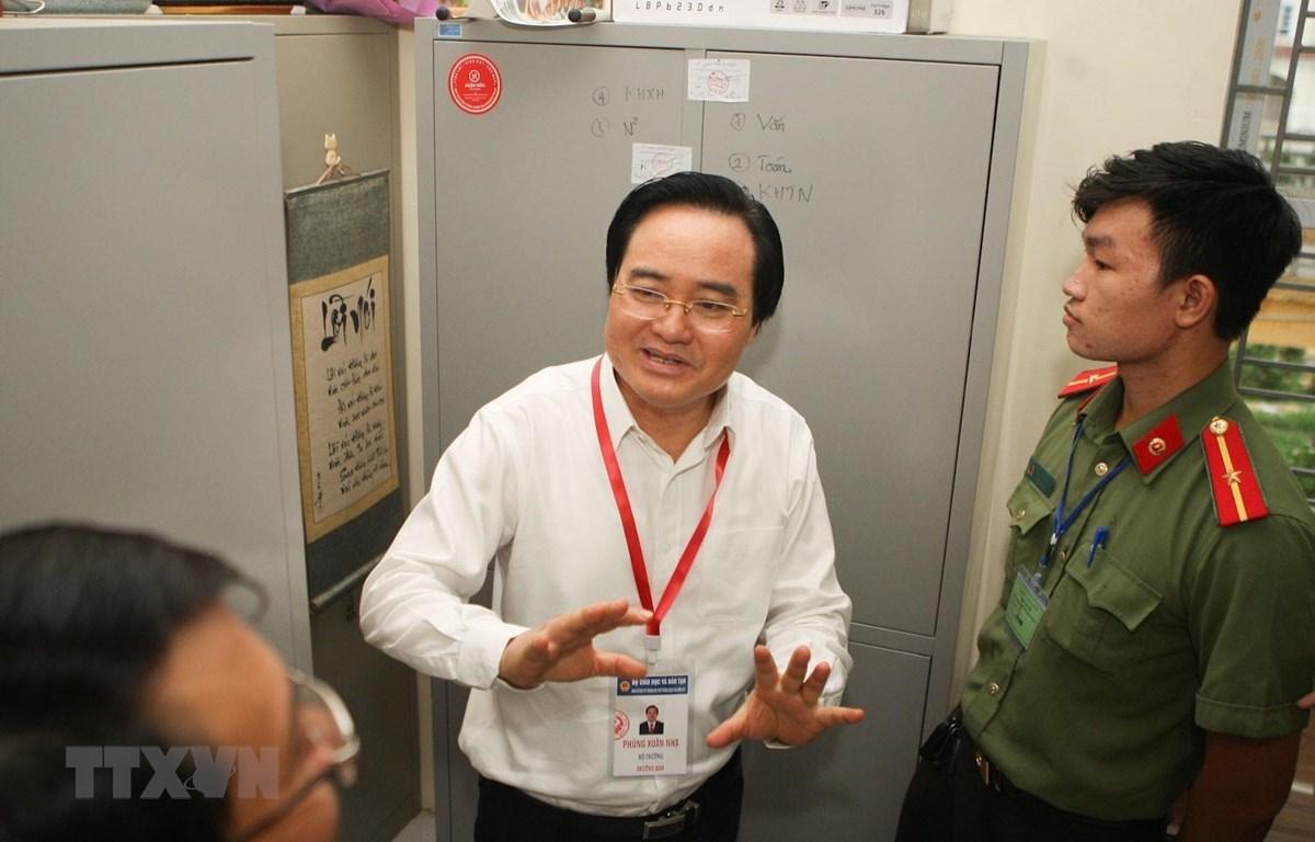 Bộ trưởng Bộ Giáo dục và Đào tạo Phùng Xuân Nhạ kiểm tra công tác chuẩn bị tại hai điểm thi Trung học phổ thông Hoài Đức B và Trung học cơ sở An khánh. (Ảnh: Thanh Tùng/TTXVN)