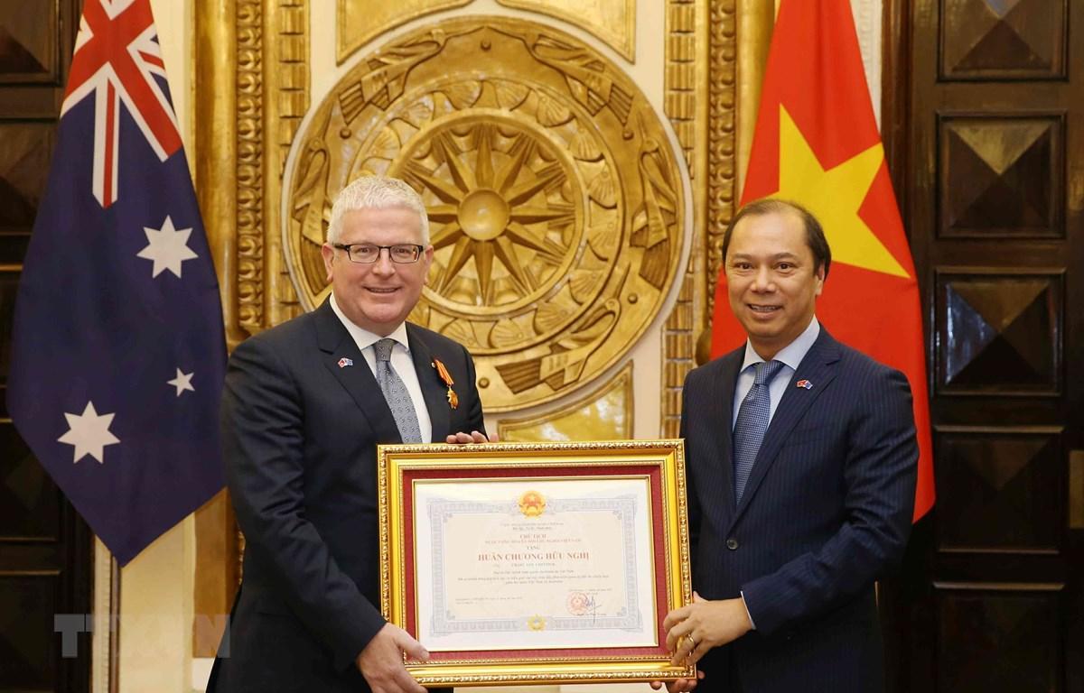 Thứ trưởng Ngoại giao Nguyễn Quốc Dũng trao tặng Huân chương hữu nghị của Chủ tịch nước Cộng hòa xã hội chủ nghĩa Việt Nam cho Đại sứ Australia tại Việt Nam Craig Chittick. (Ảnh: Văn Điệp/TTXVN)