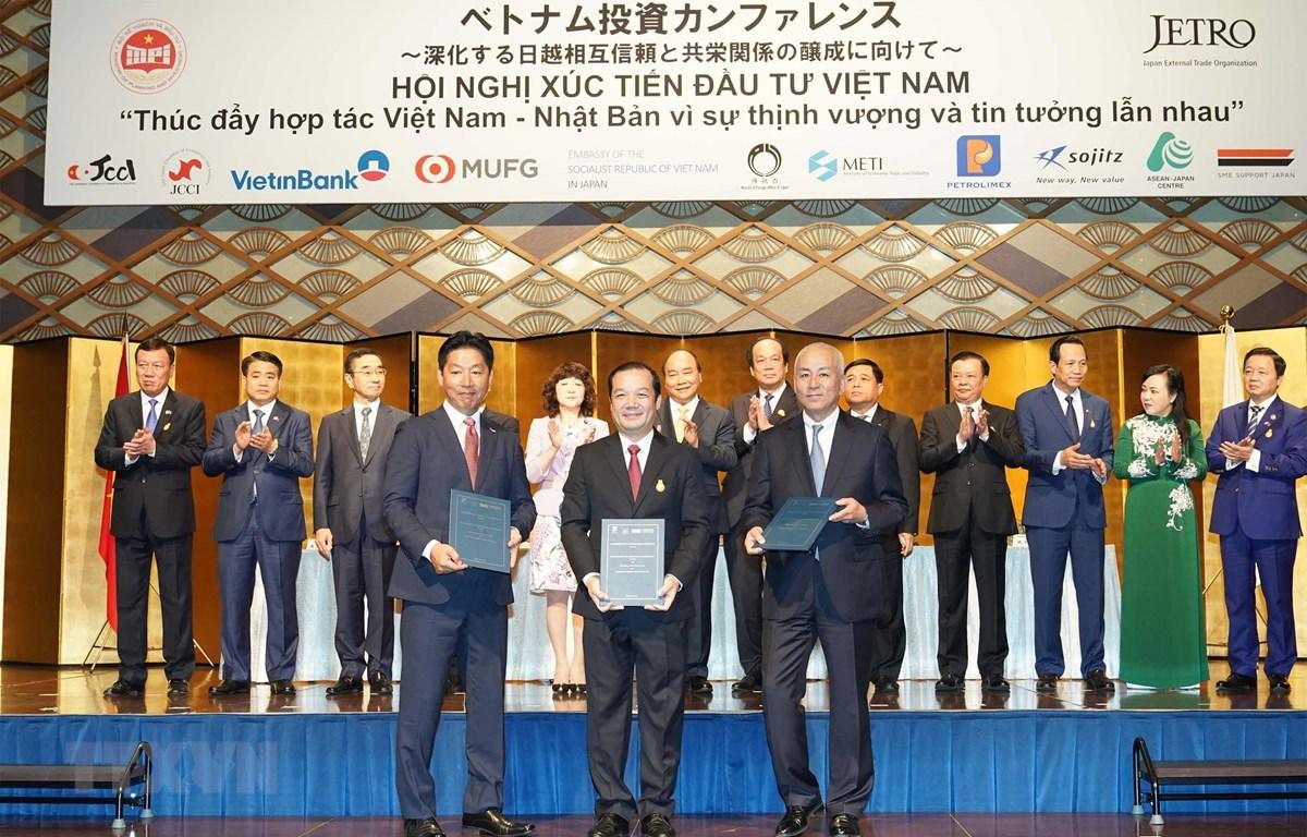 Thủ tướng Nguyễn Xuân Phúc chứng kiến Lễ ký kết một số văn kiện hợp tác và trao chứng nhận đầu tư giữa các công ty Việt Nam và Nhật Bản. (Ảnh: Thống Nhất/TTXVN)