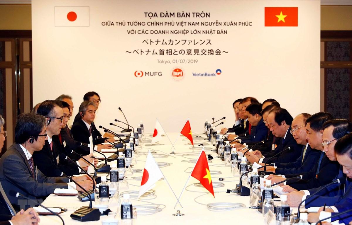 Sáng 1/7, tại thủ đô Tokyo, Nhật Bản, Thủ tướng Nguyễn Xuân Phúc có buổi tọa đàm bàn tròn với các doanh nghiệp lớn của Nhật Bản. (Ảnh: Thống Nhất/TTXVN)