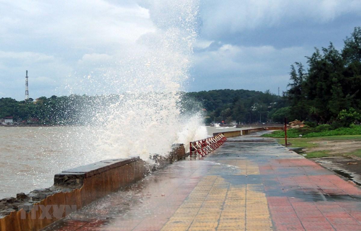 Sóng lớn xuất hiện tại Khu I, Khu du lịch Đồ Sơn. (Ảnh: An Đăng/ TTXVN)