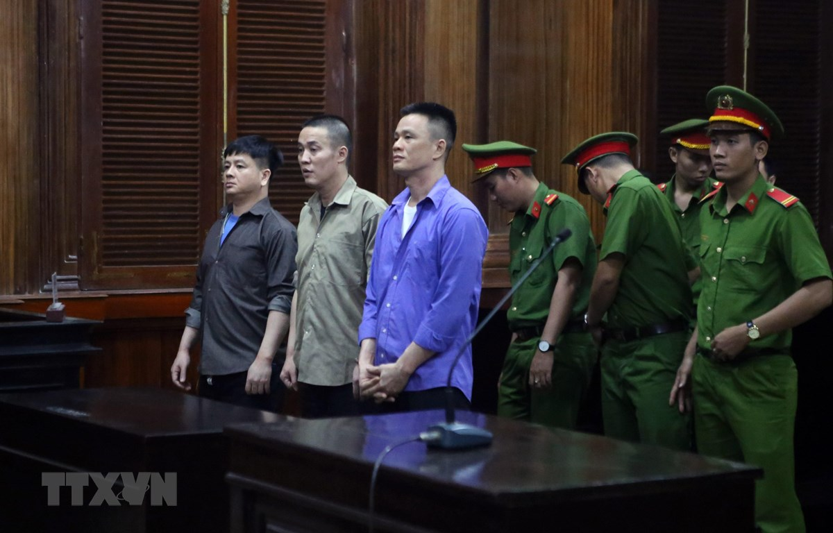 """Bị cáo Sơn """"Liệu"""" (giữa) bị tuyên phạt mức án tử hình. (Ảnh: Thành Chung/TTXVN)"""