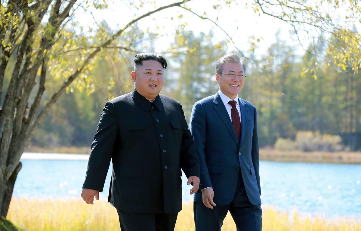 Ảnh tư liệu: Nhà lãnh đạo Triều Tiên Kim Jong-un (trái) và Tổng thống Hàn Quốc Moon Jae-in tại cuộc gặp thượng đỉnh ở Samjiyon, Triều Tiên, ngày 20/9/2018. (Nguồn: AFP/ TTXVN)