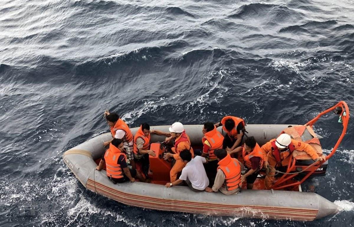 Các lực lượng tham gia cứu nạn tàu cá NA 95899 TS và ngư dân mất tích. (Ảnh: Hoàng Ngọc/TTXVN)