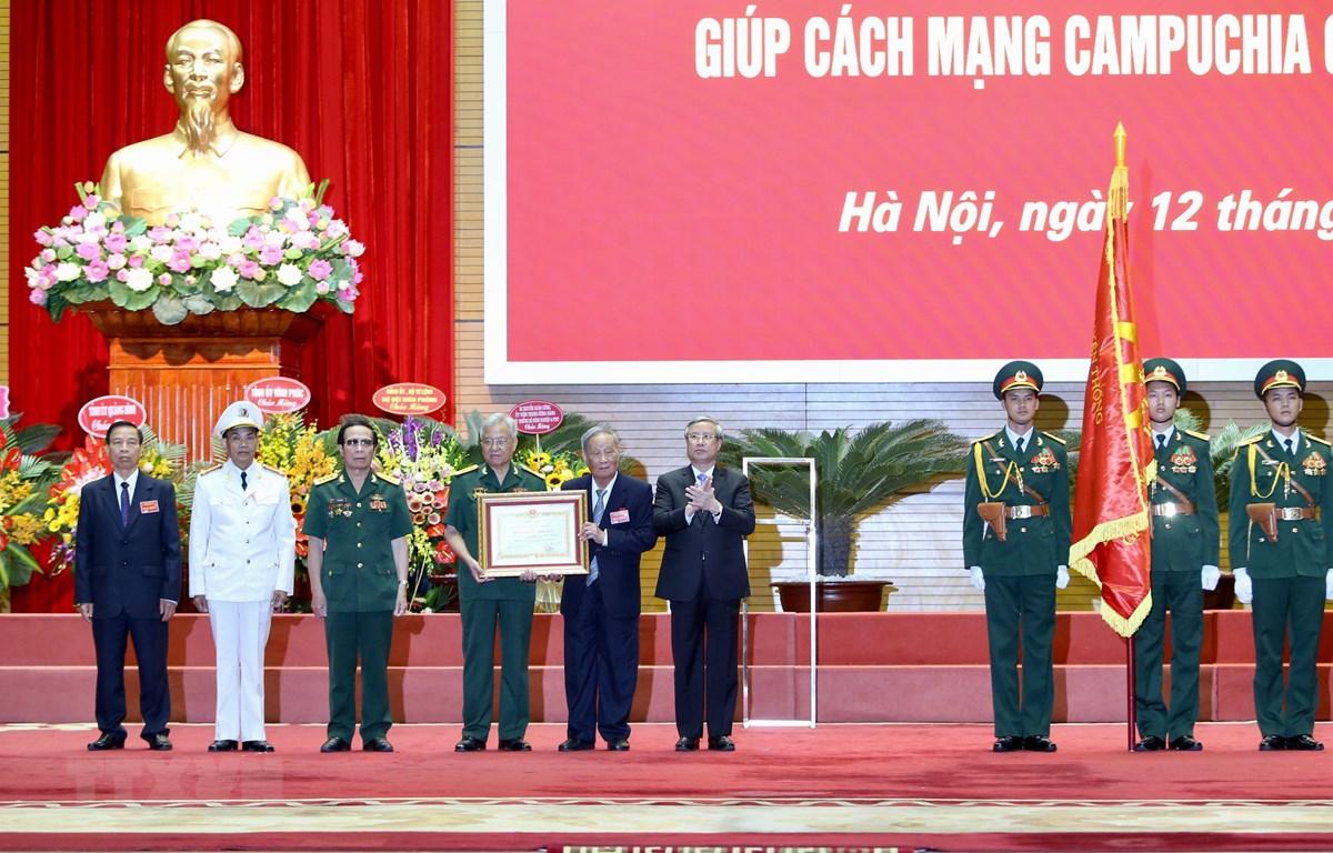 Ông Trần Quốc Vượng Uỷ viên Bộ Chính trị, Thường trực Ban Bí thư Trung ương Đảng trao Huân chương Sao vàng của Chủ tịch nước cho Lực lượng chuyên gia Việt Nam giúp Cách mạng Campuchia. (Ảnh: Dương Giang/TTXVN)