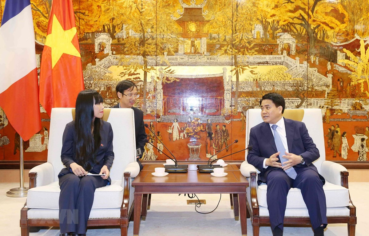 Chủ tịch Ủy ban Nhân dân thành phố Hà Nội Nguyễn Đức Chung tiếp bà Stéphanie Do, Chủ tịch Nhóm nghị sỹ hữu nghị Pháp-Việt Nam. (Ảnh: Văn Điệp/TTXVN)