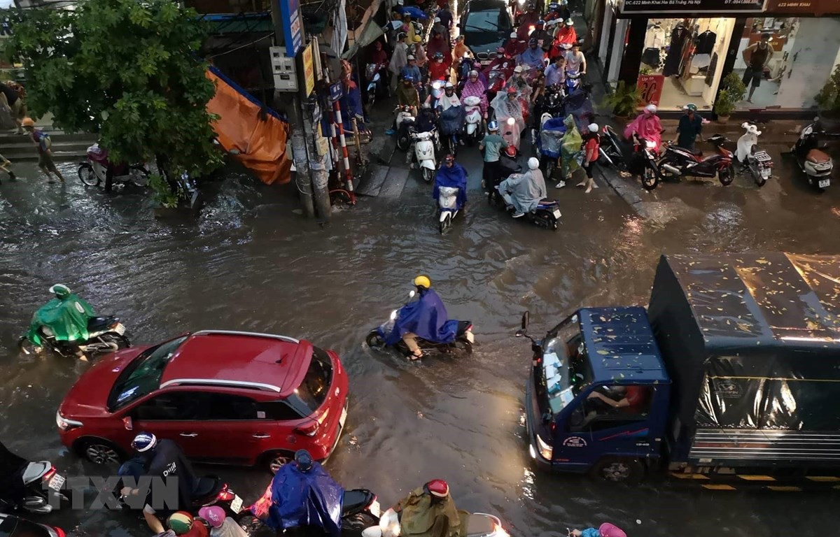 Tuyến đường Minh Khai xảy ra ùn tắc và ngập cục bộ. (Ảnh: Thanh Tùng/TTXVN)