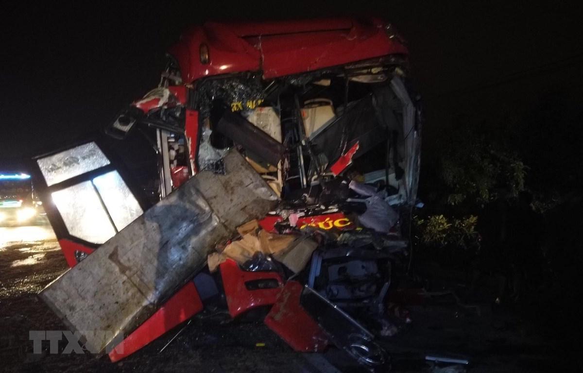Chiếc xe khách giường nằm mang biển kiểm soát 78B-001.26 của tỉnh Phú Yên bị biến dạng sau khi va chạm với xe tải. (Ảnh: Nguyễn Thanh/TTXVN)