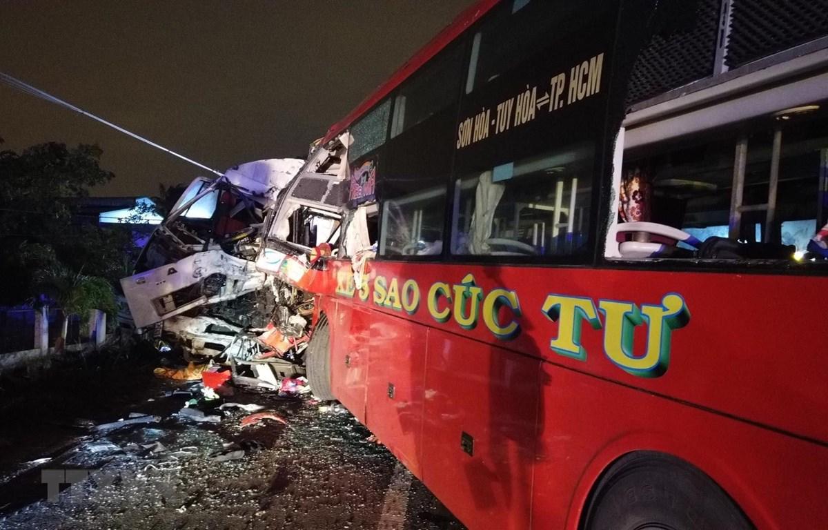 Chiếc xe khách giường nằm mang biển kiểm soát 78B-001.26 của tỉnh Phú Yên tại hiện trường vụ tai nạn. (Ảnh: Nguyễn Thanh/TTXVN)
