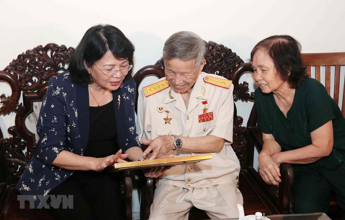 Phó Chủ tịch nước Đặng Thị Ngọc Thịnh thăm, tặng quà Anh hùng Lực lượng vũ trang La Văn Cầu. (Ảnh: Văn Điệp/TTXVN)