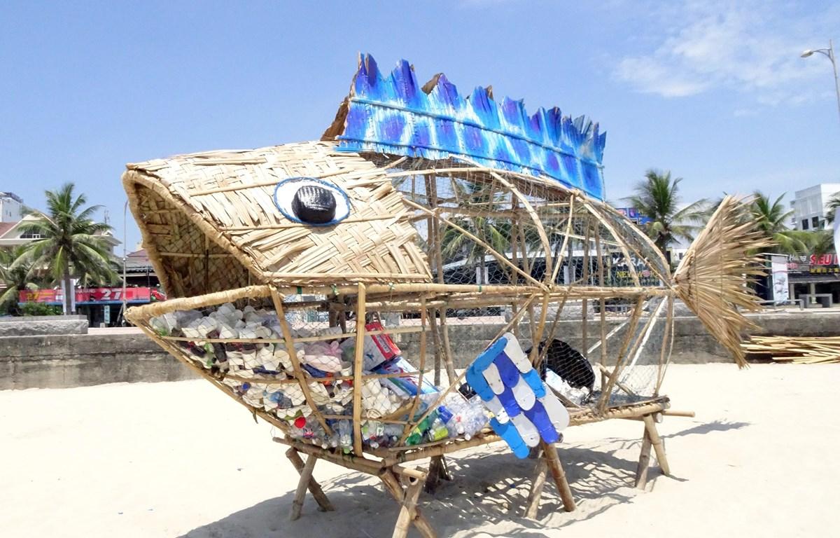 Mô hình cá Bống khổng lồ thu gom rác thải nhựa tại bãi biển Mỹ Khê (Đà Nẵng). Ảnh minh họa. (Ảnh: Trần Lê Lâm/TTXVN)