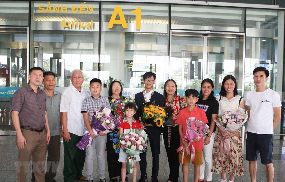 Dương Tùng Lâm (lớp 12 trường Trung học phổ thông chuyên Phan Bội Châu, Nghệ An) giành huy chương đồng bên người thân. (Ảnh: Thanh Tùng/TTXVN)