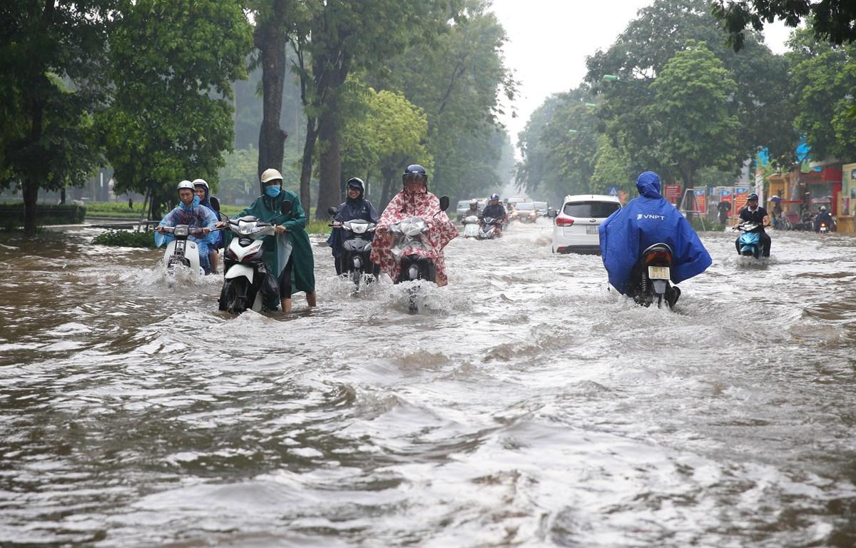 Tuyến đường Điện Biên Phủ-Nguyễn Tri Phương nước ngập khiến nhiều phương tiện di chuyển qua đây gặp rất nhiều khó khăn. (Ảnh: Dương Giang/TTXVN)