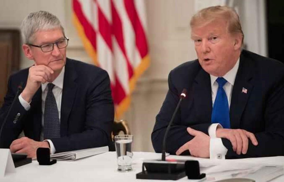 Tổng thống Mỹ Donald Trump ngồi cạnh CEO Apple Tim Cook tại một cuộc họp tháng 3/2019. (Nguồn: Getty Images)