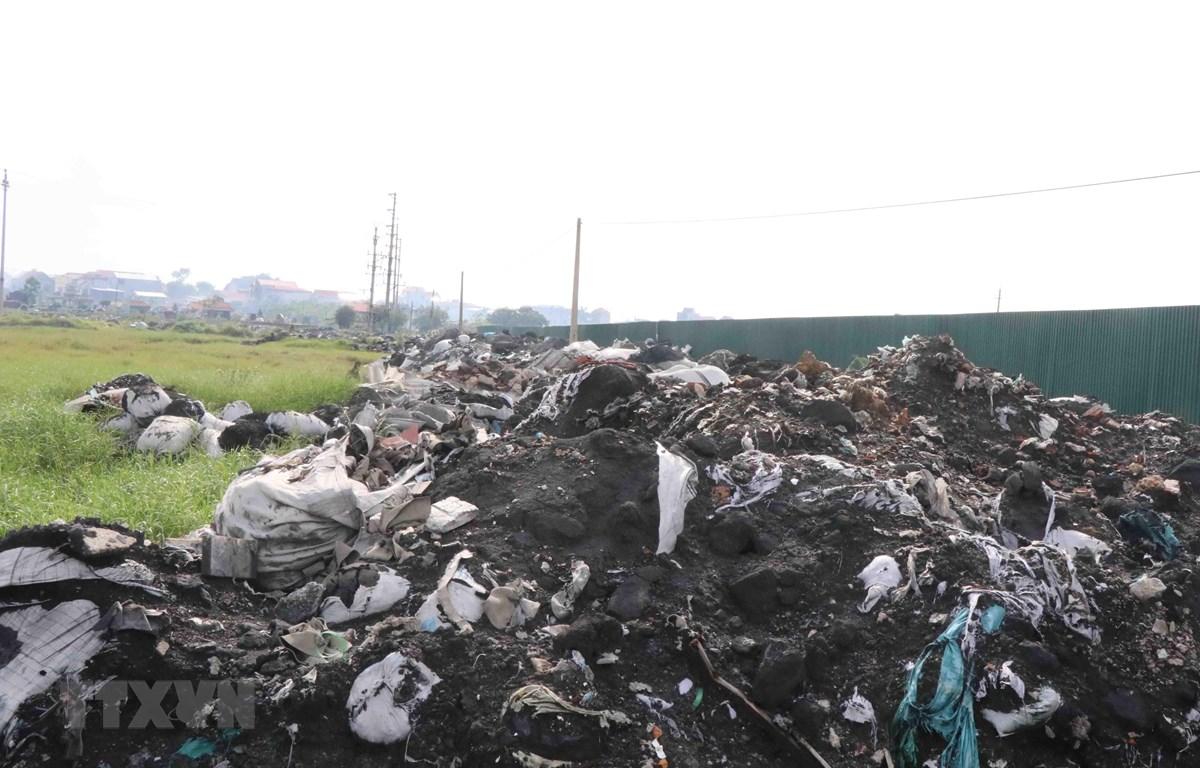Các loại rác thải sau khi được tái chế còn xỉ nhôm đổ chất thành núi tại thôn Mẫn Xá, xã Văn Môn, huyện Yên Phong, tỉnh Bắc Ninh. (Ảnh: Thái Hùng/TTXVN)