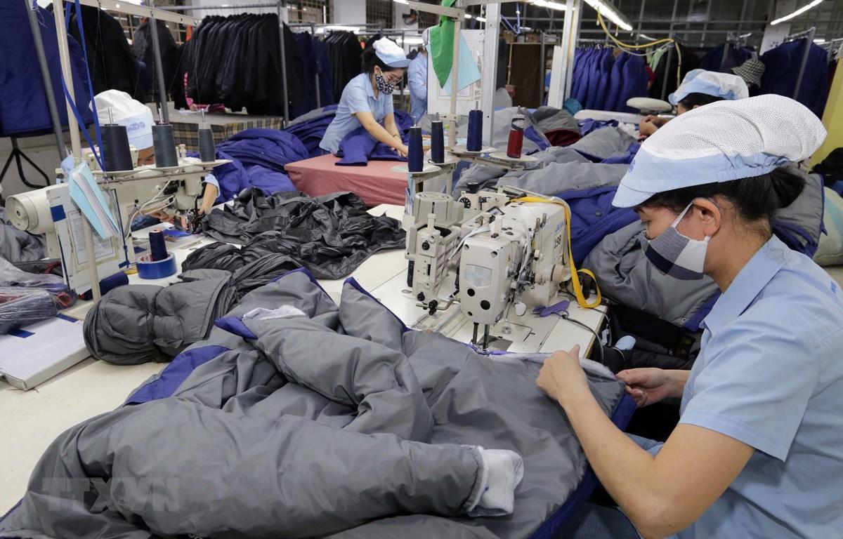 May hàng xuất khẩu sang thị trường châu Âu tại Công ty trách nhiệm hữu hạn may Đức Giang, Long Biên, Hà Nội. (Ảnh: Trần Việt/TTXVN)