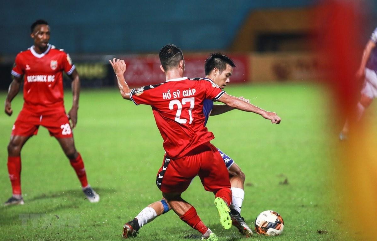 Tình huống dẫn bóng đột phá của tiền đạo Văn Quyết (Hà Nội). Anh cũng chính là người ghi bàn nâng tỉ số lên 2-0 cho Câu lạc bộ Hà Nội ở phút thứ 32 của trận đấu. (Ảnh: Trọng Đạt/TTXVN)