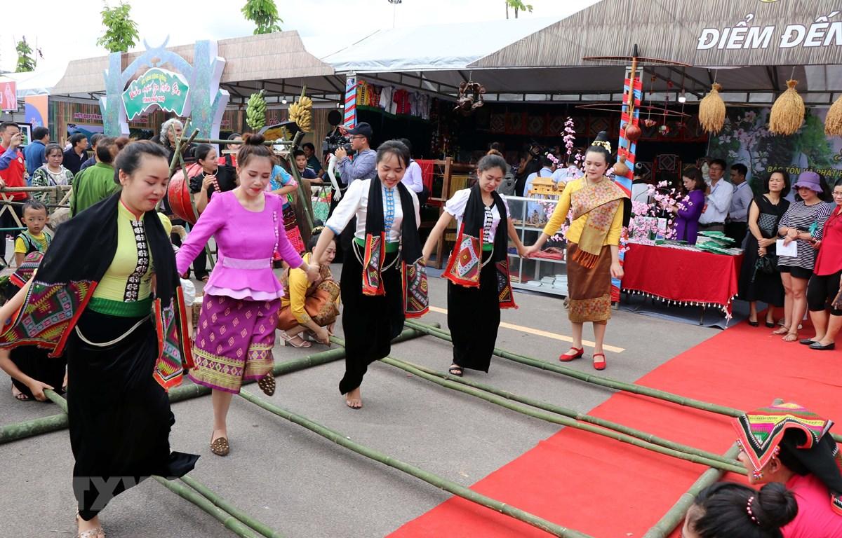 Phần trình diễn múa sạp của các nghệ nhân đến từ tỉnh Sơn La. (Ảnh: Hữu Quyết/TTXVN)