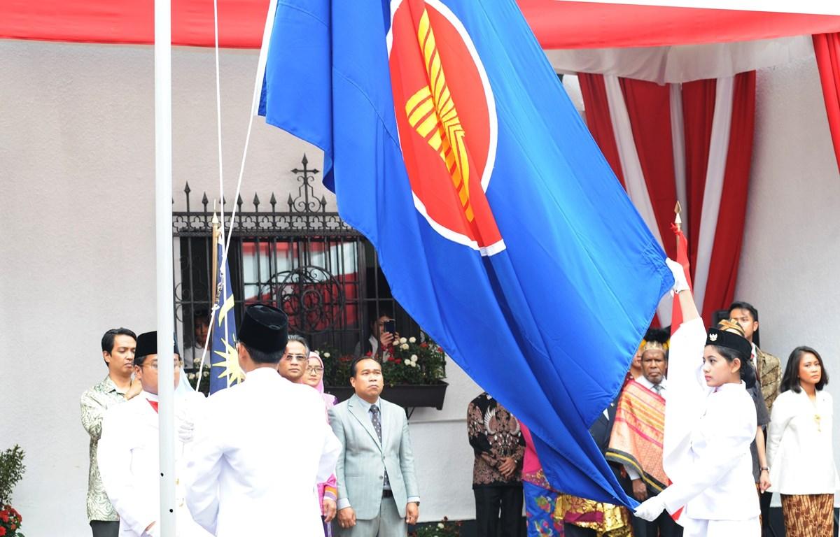 Lễ Thượng Cờ ASEAN tại Lễ kỷ niệm 52 năm Ngày thành lập ASEAN tại Mexico. (Ảnh: Lưu Việt Hùng/TTXVN)