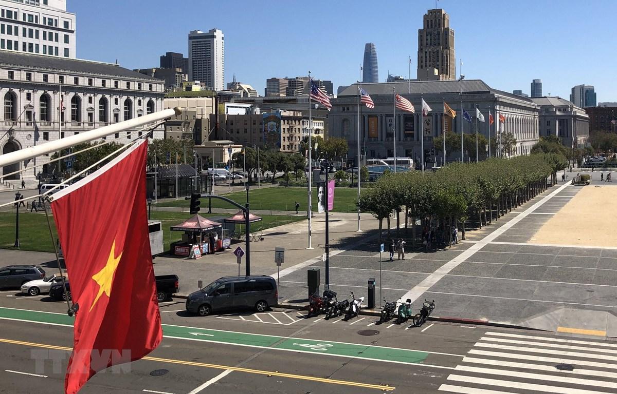 Lá cờ đỏ sao vàng của Việt Nam được treo lên mặt tiền của Tòa Thị chính thành phố San Francisco, bang California của Mỹ. (Ảnh: Đại Thắng/TTXVN)