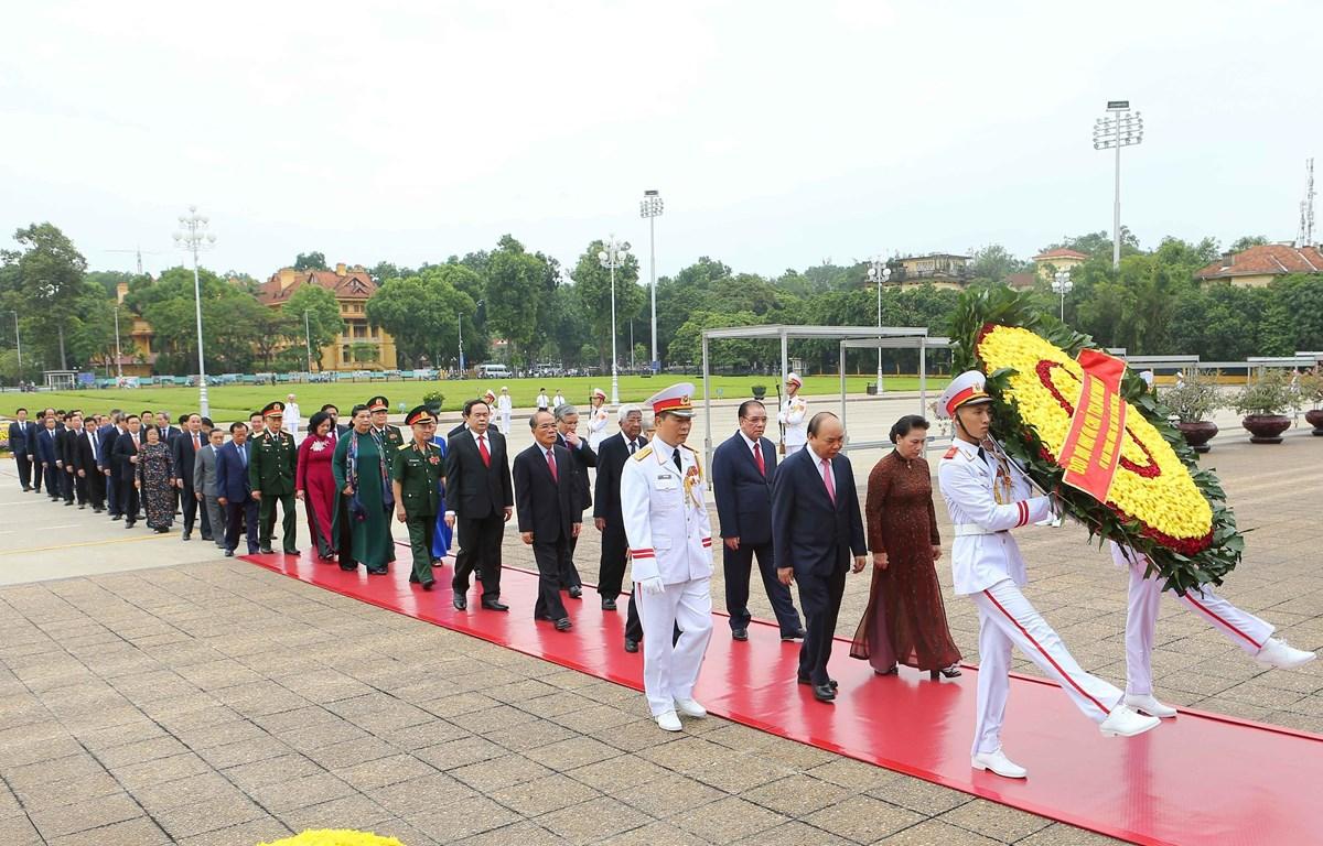 Lãnh đạo Đảng và Nhà nước viếng Lăng Chủ tịch Hồ Chí Minh. (Ảnh: Doãn Tấn/TTXVN)