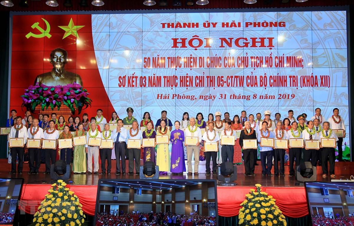 Các cá nhân nhận bằng khen vì đã có thành tích xuất sắc trong Học tập và làm theo tư tưởng, đạo đức, phong cách Hồ Chí Minh năm 2018. (Ảnh: An Đăng/TTXVN)