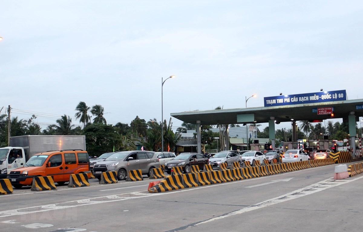 Mặc dù Trạm thu phí BOT cầu Rạch Miễu đã xả trạm hơn 3 tiếng nhưng lượng xe vẫn bị ùn tắc. (Ảnh: Thu Hiền/TTXVN)