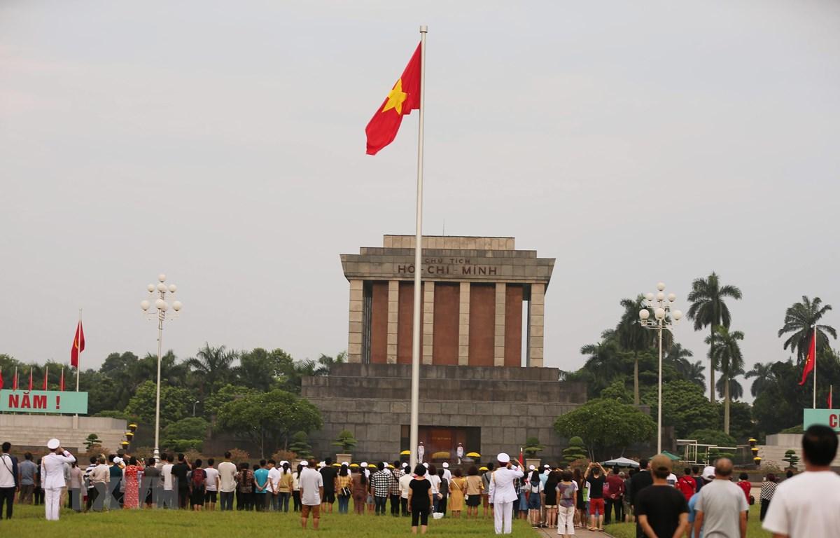 Người dân đứng chào cờ Tổ quốc trên Quảng trường Ba Đình, sáng 2/9/2019. (Ảnh: Văn Nam/TTXVN phát)