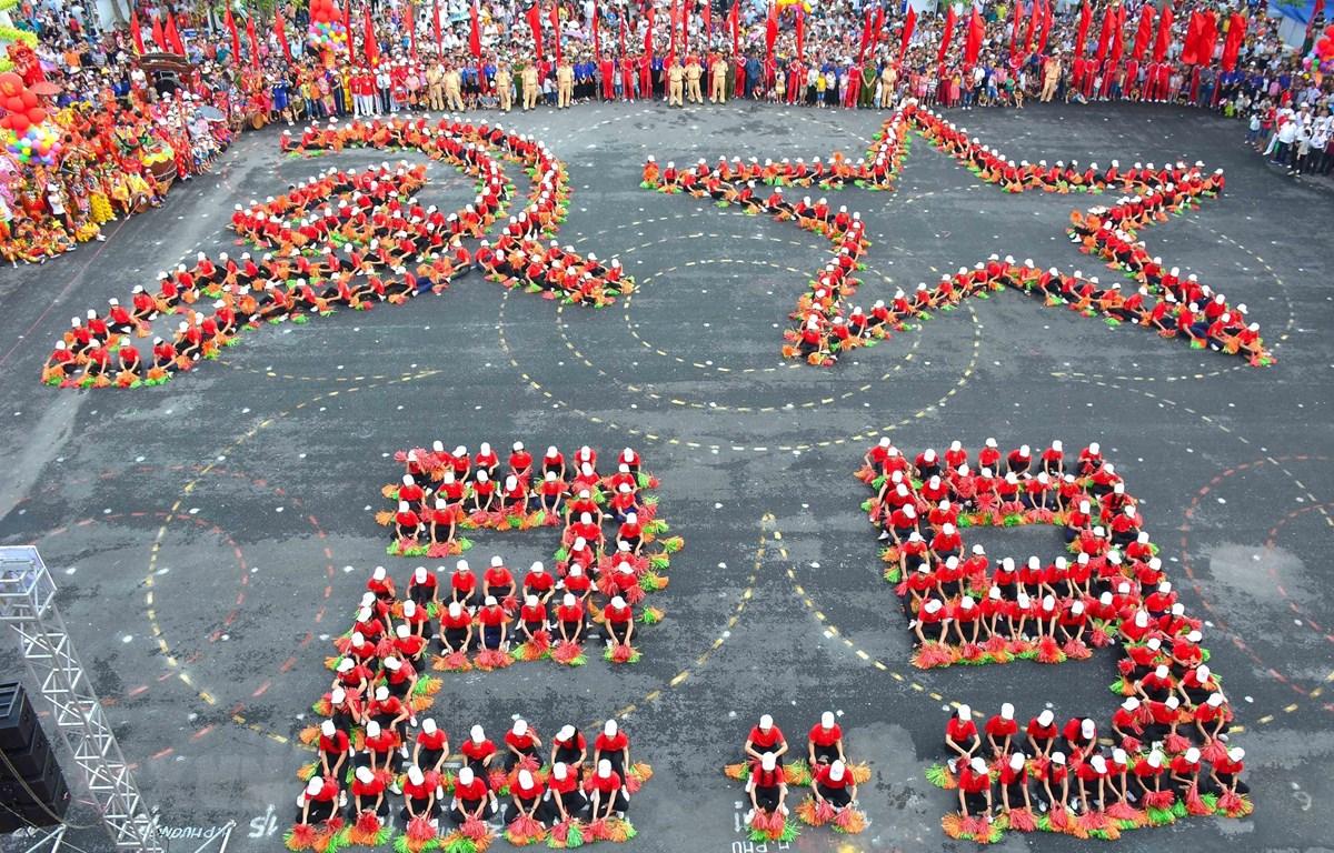 Màn đồng diễn xếp hình cờ Tổ quốc, cờ Đảng chào mừng Quốc khánh 2/9, ở huyện ven biển Hải Hậu, Nam Định. (Ảnh: Công Luật/TTXVN)