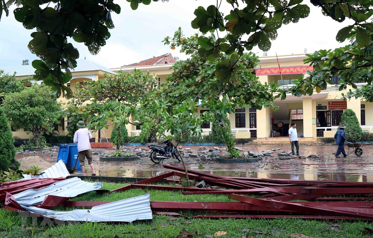 Mái tôn trường Tiểu học Ngọc Sơn, huyện Thạch Hà (Hà Tĩnh) bị lốc cuốn hư hỏng hoàn toàn. (Ảnh: Công Tường/TTXVN)