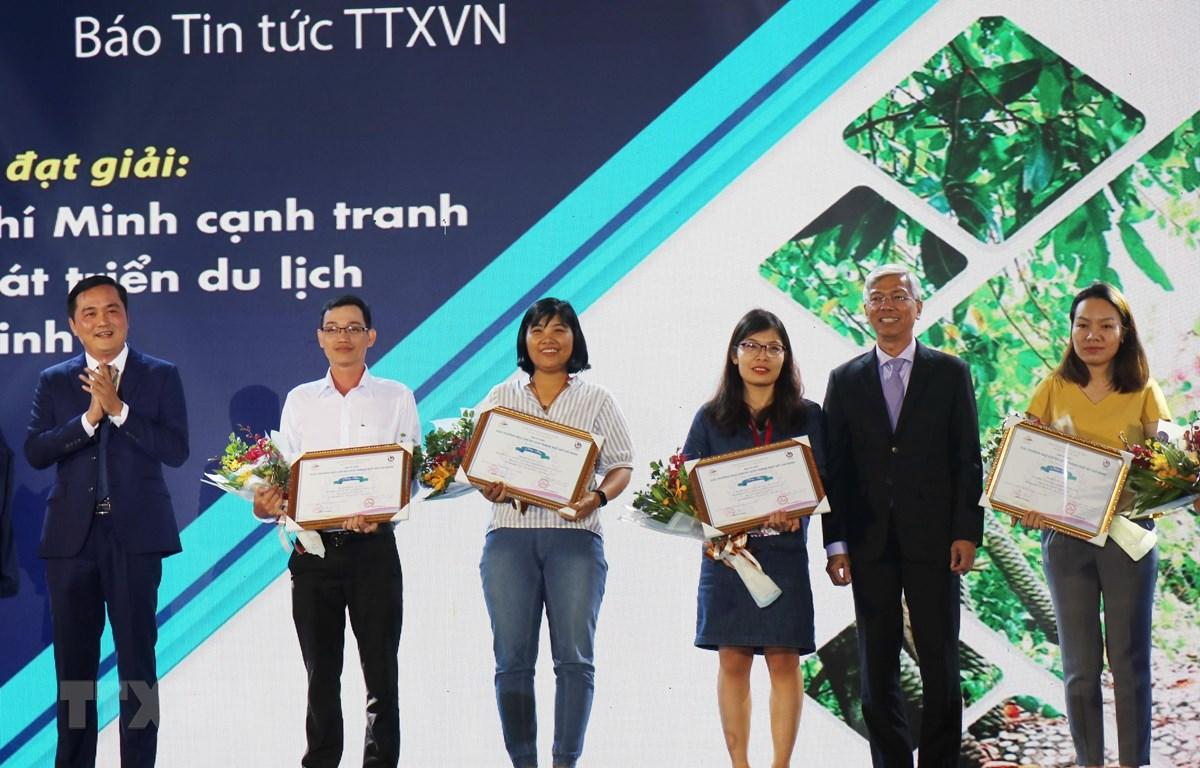 Ban tổ chức trao giải cho các Nhà báo ở thể loại Báo in-báo điện tử. (Ảnh: Mỹ Phương/TTXVN)