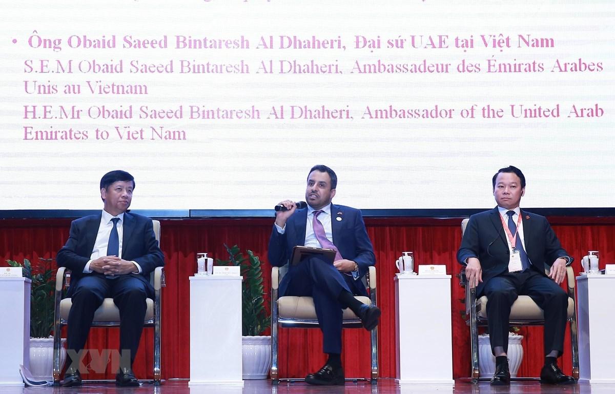 Đại sứ Các tiểu vương quốc Arab thống nhất (UAE) tại Việt Nam Obaid Saeed Bintaresh Al Dhaheri (giữa) phát biểu tham luận. (Ảnh: Lâm Khánh/TTXVN)