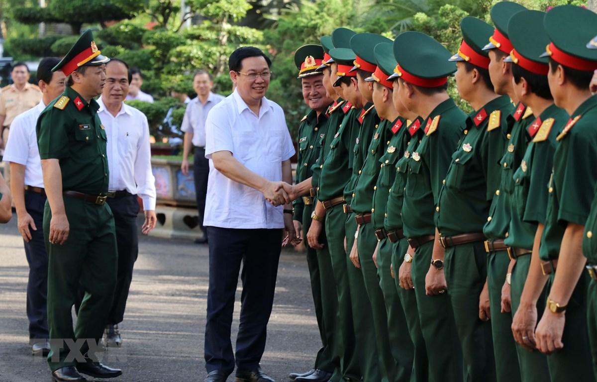 Phó Thủ tướng Vương Đình Huệ với các cán bộ, chiến sỹ Binh đoàn 15, Binh đoàn 16 và Công ty Càphê 15 (Quân khu 5). (Ảnh: Hoài Nam/TTXVN)