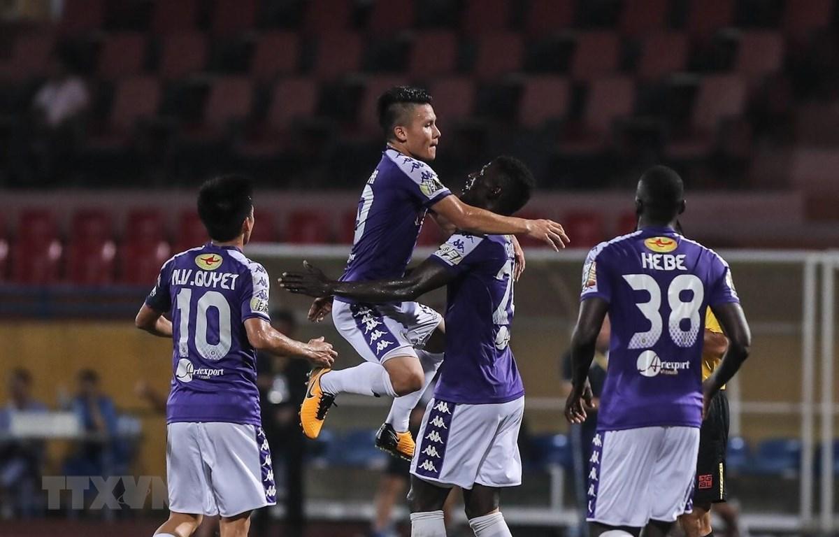 Các cầu thủ Hà Nội FC ăn mừng bàn thăng sau pha ghi bàn của tiền vệ Quang Hải, trong trận đấu với Viettel, tối 15/9. (Ảnh: Trọng Đạt/TTXVN)