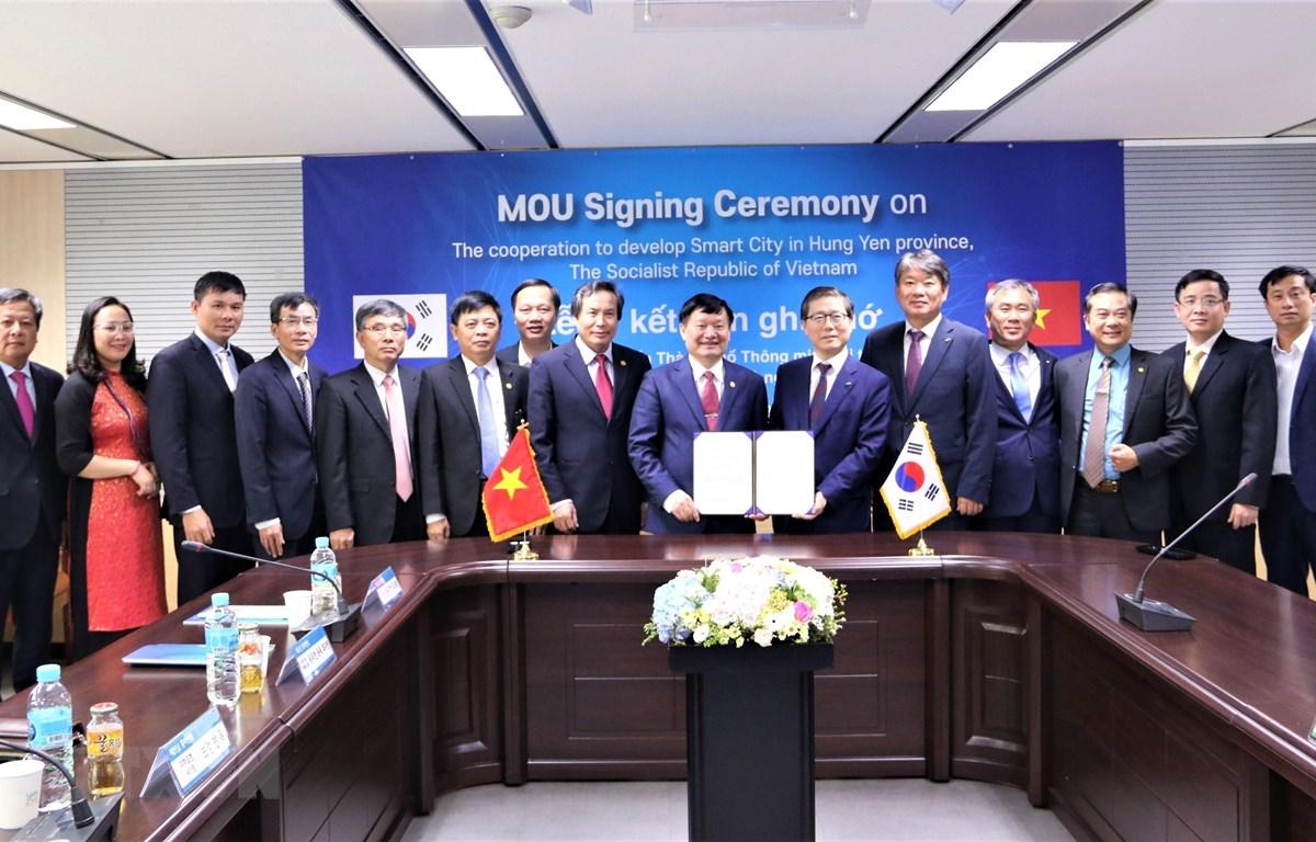 Đoàn công tác tỉnh Hưng Yên chụp ảnh lưu niệm cùng các quan chức tập đoàn LH. (Ảnh: Mạnh Hùng/TTXVN)