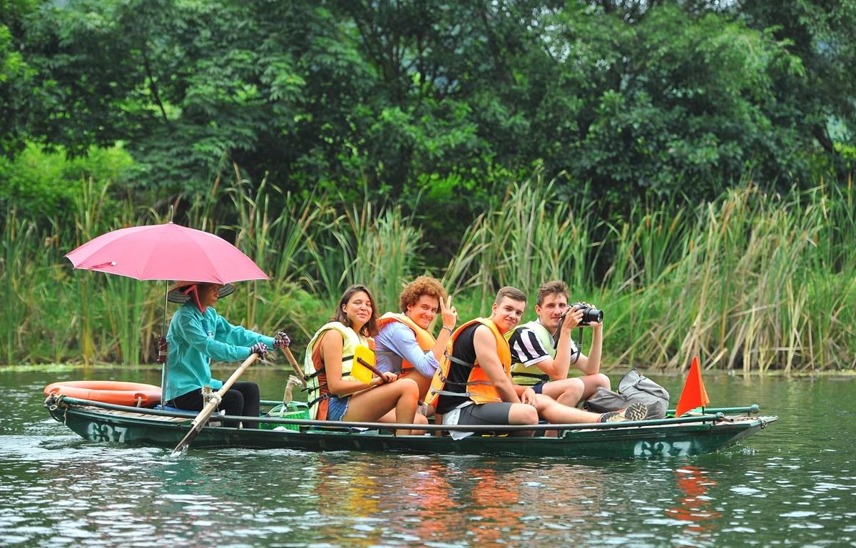 Du khách trong và ngoài nước tham quan khu du lịch Tràng An. (Ảnh: Minh Đức/TTXVN)
