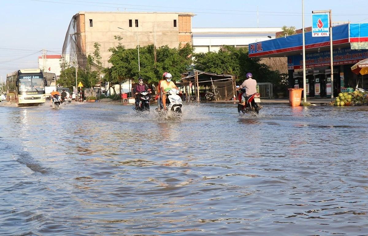 Một điểm ngập trên tuyến đường quốc lộ 1A, đoạn thuộc địa bàn phường 1, thị xã Giá Rai. (Ảnh: Huỳnh Sử/TTXVN)