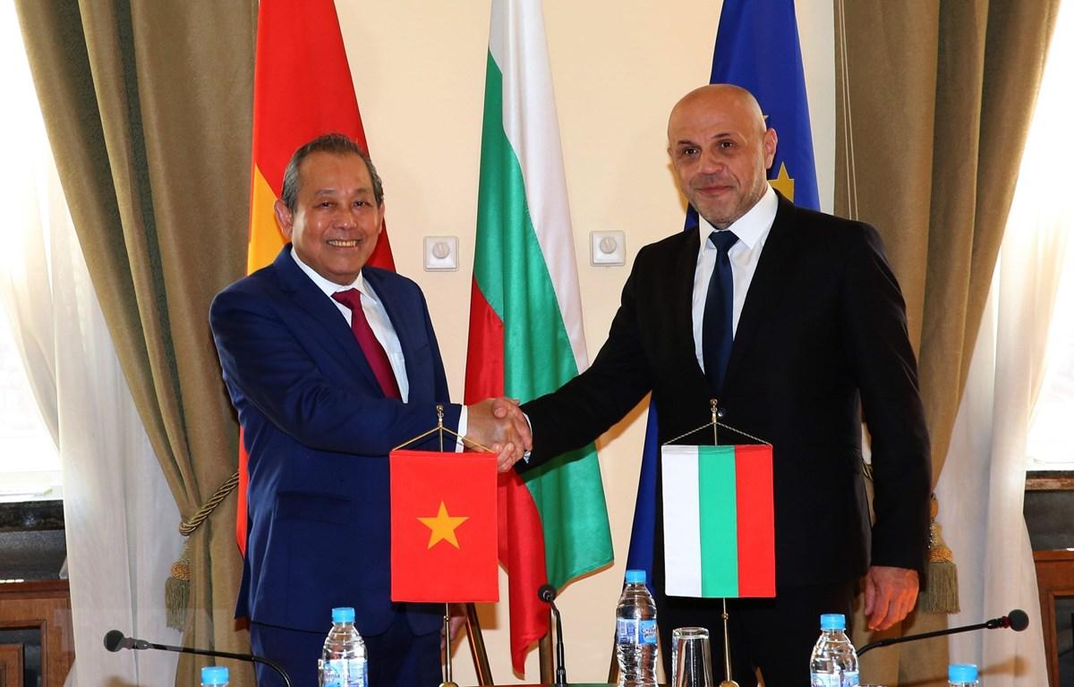 Phó Thủ tướng Thường trực Trương Hòa Bình và Phó Thủ tướng Bulgaria Tomislav Donchev. (Ảnh: Công Thuận/TTXVN)