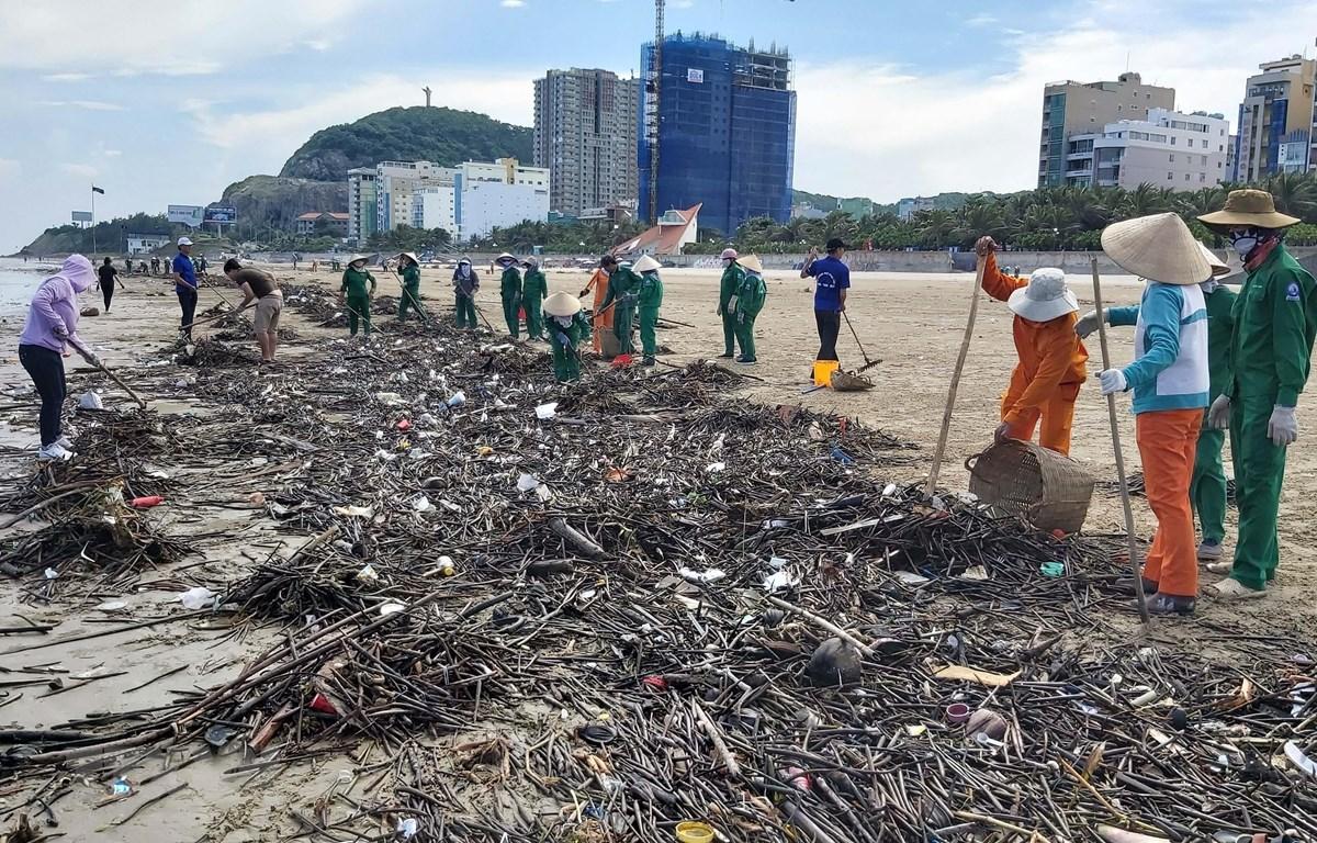 Công nhân dọn rác tại bãi Sau, thành phố Vũng Tàu. (Ảnh: Đoàn Mạnh Dương/TTXVN)